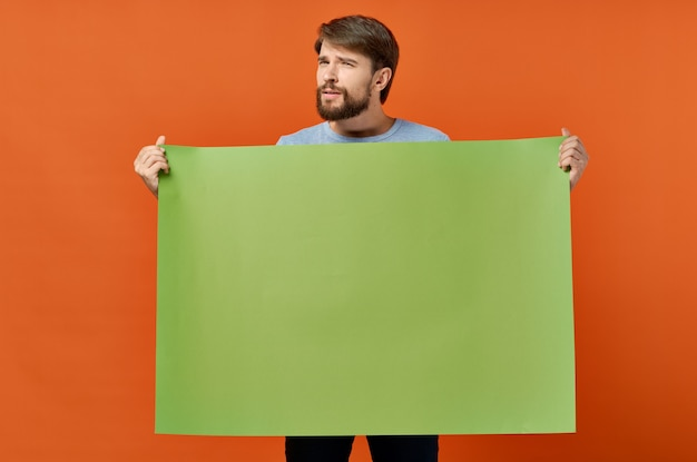 Grappige emotionele man groene banner mockup poster geïsoleerde achtergrond