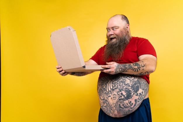 Grappige en hilarische dikke man die honger heeft naar ongezond voedsel