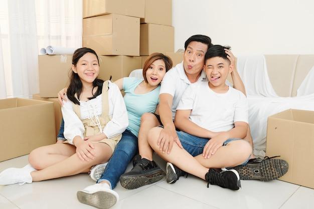 Grappige familie in nieuw appartement
