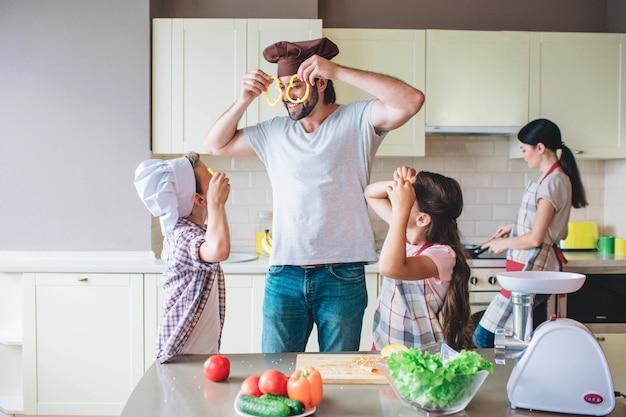 Grappige gezinsleden spelen met eten.