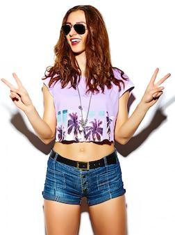 Grappige glamour stijlvolle sexy lachende mooie jonge vrouw model in de zomer