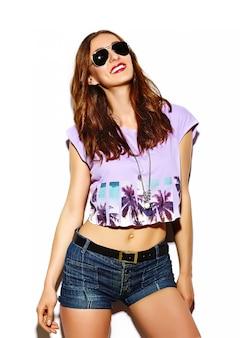 Grappige glamour stijlvolle sexy lachende mooie jonge vrouw model in zomer heldere hipster doek