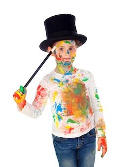 Grappige goochelaar met handen en gezicht vol met verf