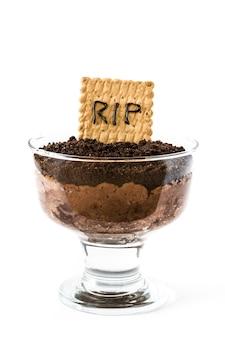 Grappige halloween-chocolademousse met grafkoekje dat op wit wordt geïsoleerd