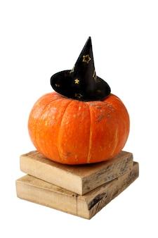 Grappige halloween-pompoen in de hoedenherfst die op wit wordt geïsoleerd