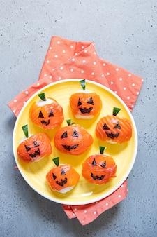 Grappige halloween-sushipompoenen jack o lantern