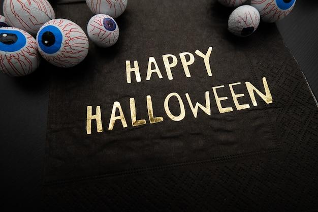 Grappige halloween traktatie - candy oogbollen met een servet geschreven