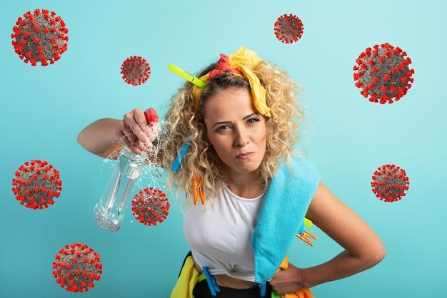 Grappige huisvrouw reinigt en desinfecteert om ziektekiemen, virussen en bacteriën weg te houden.
