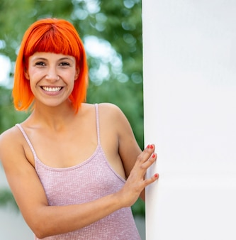 Grappige jonge vrouw met oranje haar