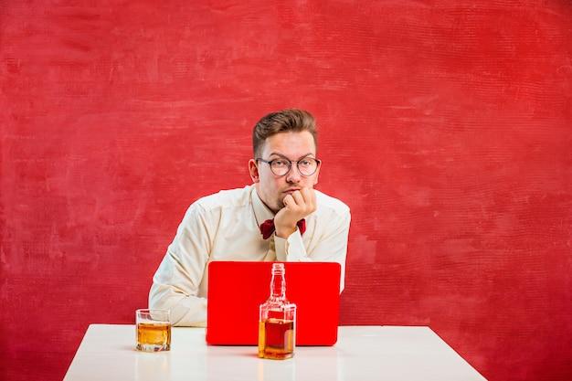 Grappige jongeman met laptop op st. valentijnsdag