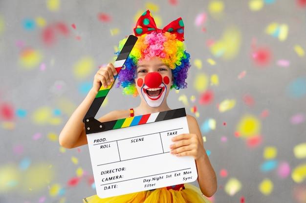 Grappige jongen clown. gelukkig kind thuis spelen. 1 april fool's day-concept