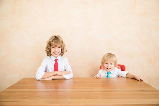 Grappige jongen doen zich voor als zakenlieden