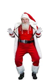 Grappige kerstman die zijn bretels vasthoudt.