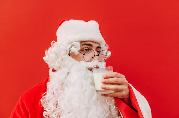 Grappige kerstman met een glas melk