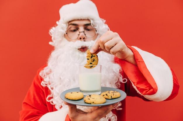 Grappige kerstman met koekjes en een glas melk