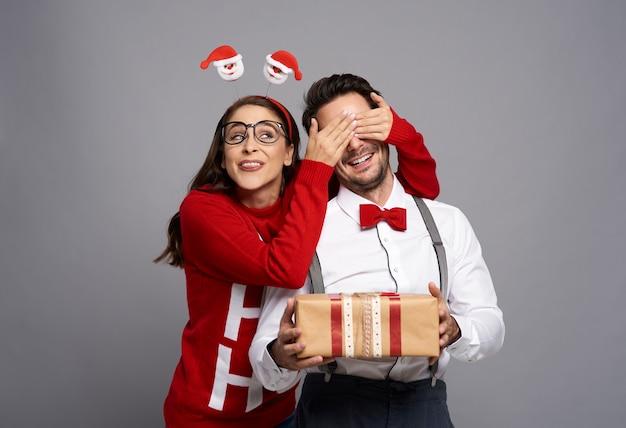 Grappige kerstnerds met cadeau