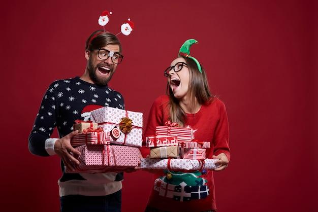 Grappige kerstnerds met cadeautjes