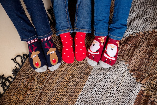 Grappige kerstsokken. kindervoeten in wollen sokken