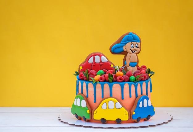 Grappige kinder verjaardagstaart met kleurrijke auto's