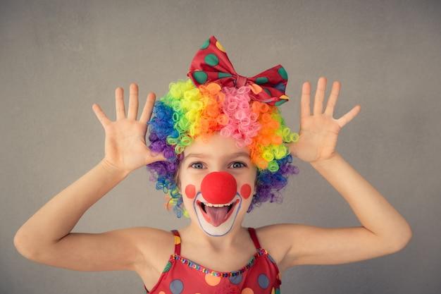Grappige kinderclown. kind spelen thuis. 1 april fool's day concept
