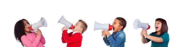 Grappige kinderen die door een megafoon aan zijn vriend schreeuwen