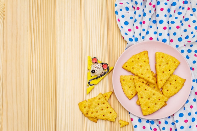 Grappige kinderkoekjes. feestelijke kaascrackers, nieuwjaar snackconcept. eten, muis sculptuur, servet.