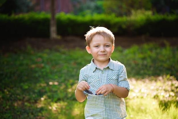 Grappige kleine jongen in zonnebril. kindjongen in zonnebril