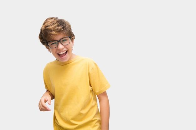 Grappige knappe jongen die grappige gebaren maakt glimlachend met een bril en verschillende achtergronden