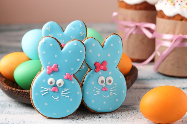 Grappige konijnen van pasen, zelfgemaakte beschilderde peperkoekkoekjes in glazuur en beschilderde eieren