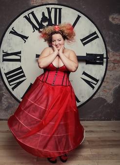 Grappige koningin poseren met klok
