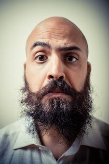 Grappige lange baard en snor man met wit shirt