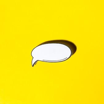 Grappige lege tekstballon in retro pop-artstijl met schaduw op gele achtergrond