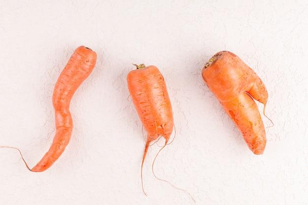 Grappige lelijke groentenwortelen, concept nul afvalproductie in de voedselindustrie