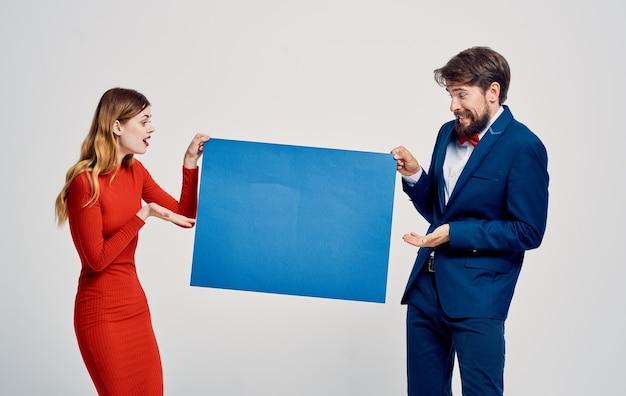 Grappige man en vrouw blauwe mockup posterpresentatie advertentie