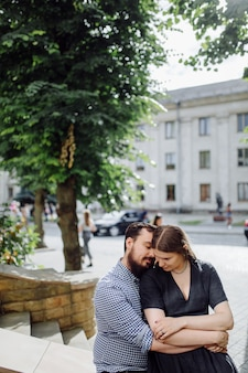 Grappige man en vrouw genieten van vrije tijd, samenzijn, buiten staan en lachen