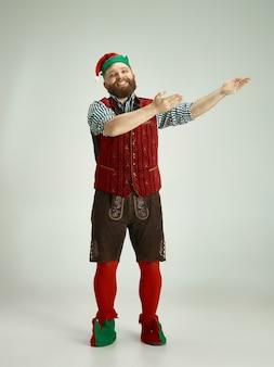 Grappige man in elf kostuum