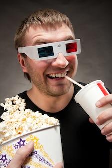 Grappige man kijken naar 3d-film