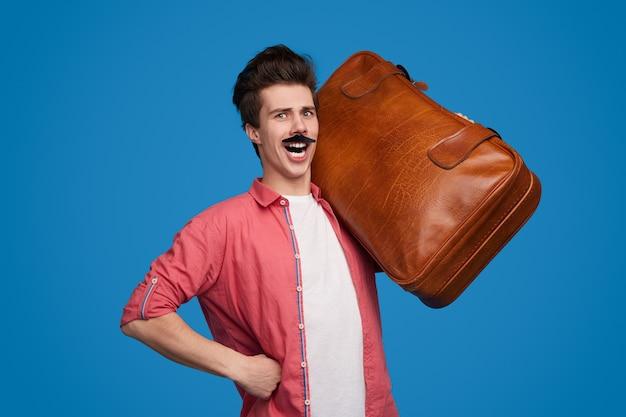 Grappige mannelijke toerist met koffer
