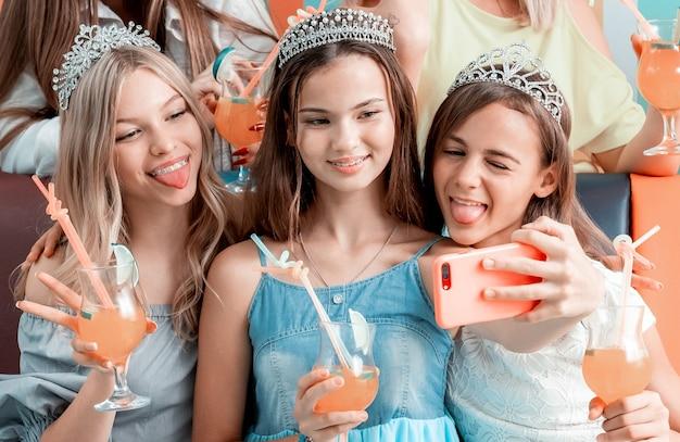 Grappige meisjes selfie te nemen