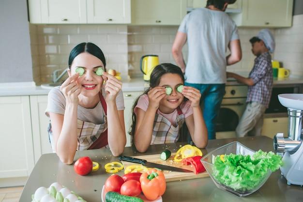 Grappige meisjes spelen met eten. meisjes hebben een pauze.