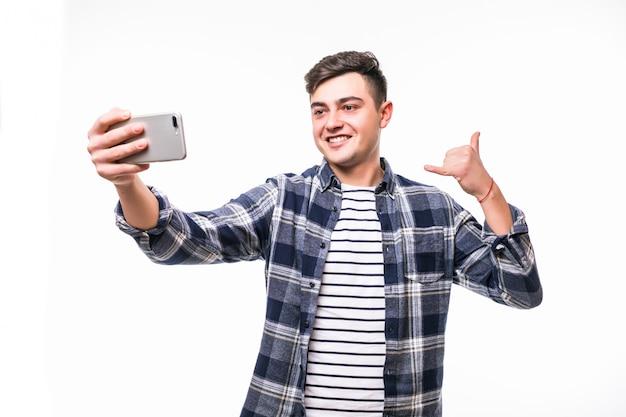 Grappige mens die grappige selfies met zijn mobiele telefoon neemt