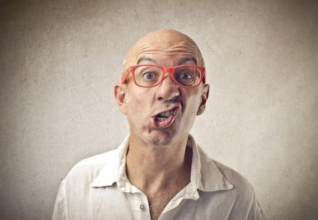 Grappige mens die rode glazen draagt