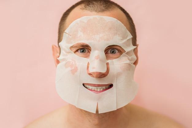 Grappige mens die voedend gezichtsmasker ontvangt