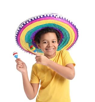 Grappige mexicaanse jongen in sombrerohoed en met maracas op witte ondergrond