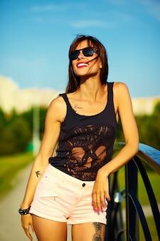 Grappige modieuze sexy het glimlachen mooi gezonnebaad jong vrouwenmodel in doek van de zomer de heldere hipster in het park