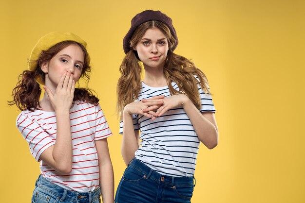 Grappige moeder en dochter dragen hoeden mode leuke vreugde familie geel