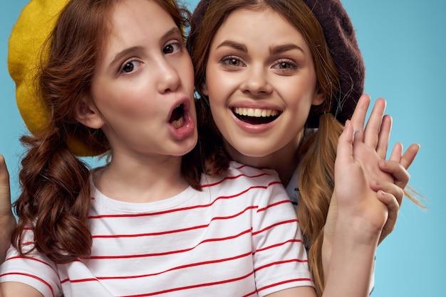 Grappige moeder en dochter in gestreepte t-shirts leuke vreugde familie