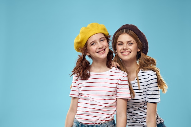 Grappige moeder en dochter mode studio levensstijl plezier blauwe achtergrond familie