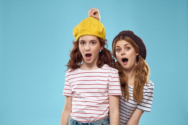 Grappige moeder en dochter mode studio levensstijl plezier blauwe muur familie