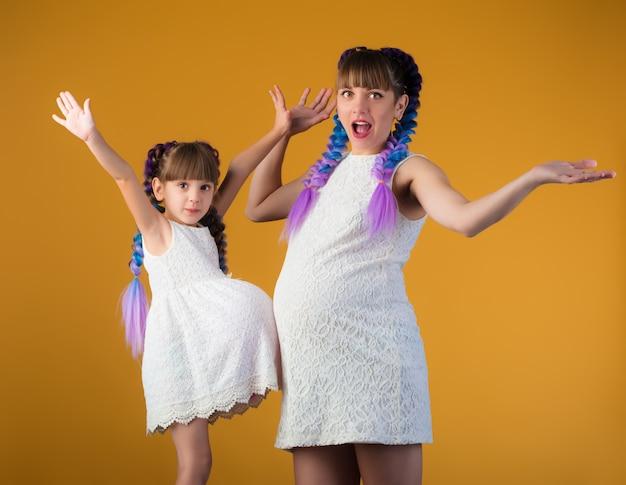 Grappige moeder en dochter poseren in de studio